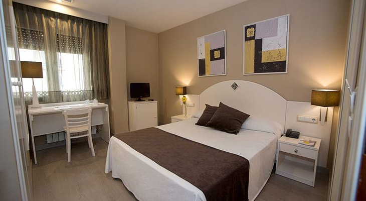 Sercotel Hotel Torico Plaza has double rooms that have a ...